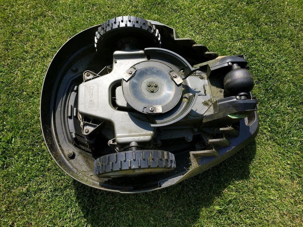 robot lawn mower blades on rotating disc
